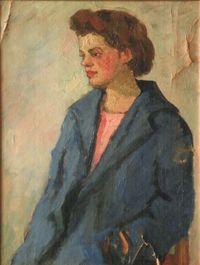 Девушка в синем пальто на студии